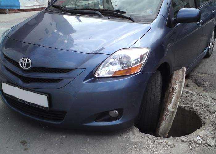 Машина провалилась в открытый люк
