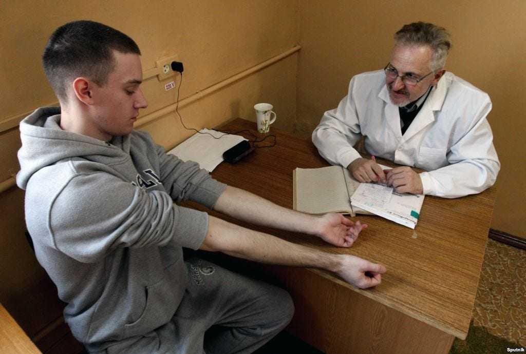 Cотрудник ГИБДД требует сдать экспресс-тест на наркотики – пописать в баночку: имеет ли право и что делать?